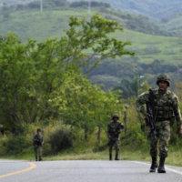 """""""Por protocolos de seguridad el Ejército se ha demorado en despejar las  vías obstruidas con vehículos"""", dijo Comandante."""