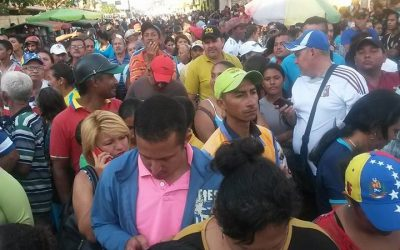 Inmensas colas para adquirir productos en Guasdualito, Venezuela