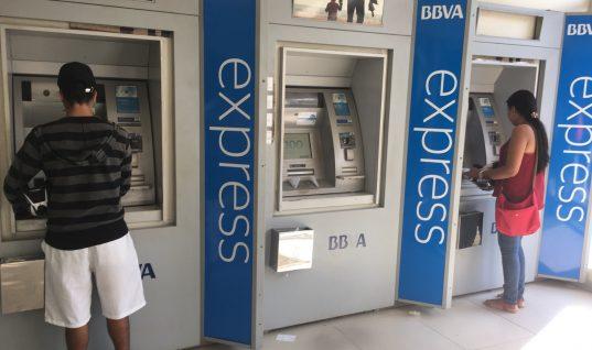 Molestia entre usuarios del banco BBVA por daños en cajeros. Los mantuvo sin efectivo y muchas deudas se represaron.