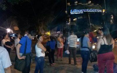 Daño en bus de Libertadores puso en jaque a usuarios. Con protesta lograron que los enviaran en buseta a Bucaramanga.