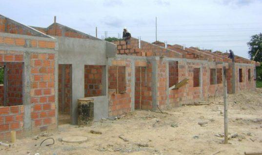 Secretario de Obras Municipal, cuestionó entrega de viviendas en Fundadores sin servicios públicos. Avanza trámite contractual.