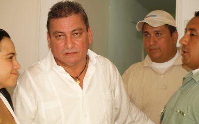 Pedro Orjuela por fuera de la Cámara de Representantes