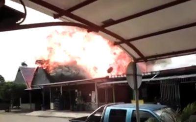 Incendio devoró un establecimiento comercial en Botalón