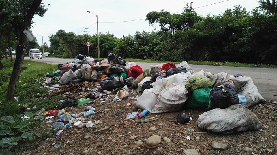 Habitantes de invasiones arrojan heces fecalesen la basura