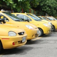 A vías de hecho se irán los taxistas. Dicen que no aguantan más la competencia desleal de moto-taxistas y carrucheros.