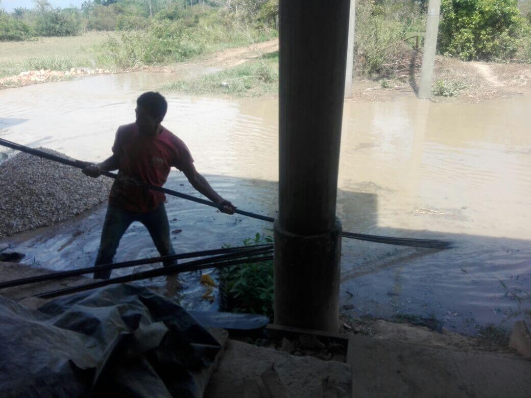 Nada que se construye puente vehicular en la vereda Los Andes de Saravena. Deben pasar por un puente hamaca.