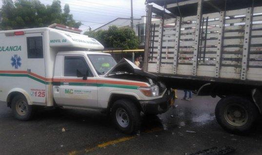 Ambulancia chocó con camión en pleno centro de Tame