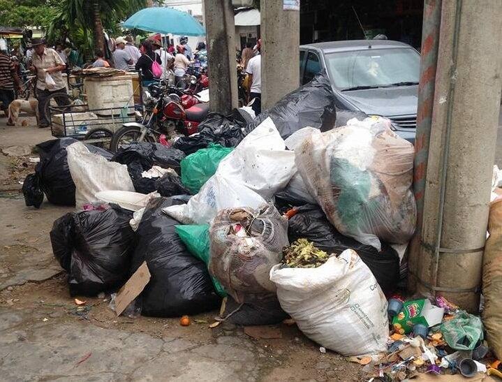 Denuncian que EMAAR no viene recogiendo bien la basura. Aseguró usuario que les pegan patadas a bolsas, ocasionando regueros.