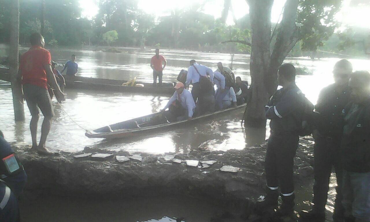 Personal de las empresas petroleras utilizan paso ilegal en canoas en el sector de la Yuca