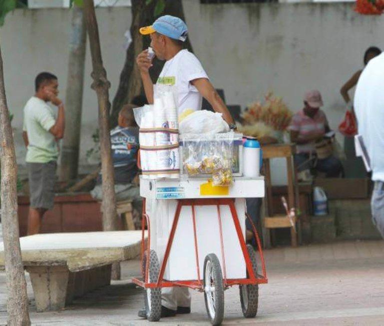 Vendedores informales colombianos desesperados ante comparendos por el nuevo código de Policía