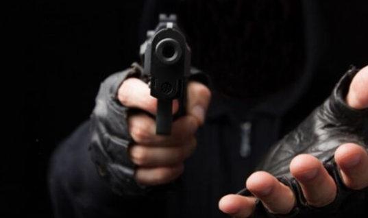 Con un arma delincuentes intimidaron a una mujer para robarle su moto en pleno centro de Arauca. La Policía recupero el automotor.
