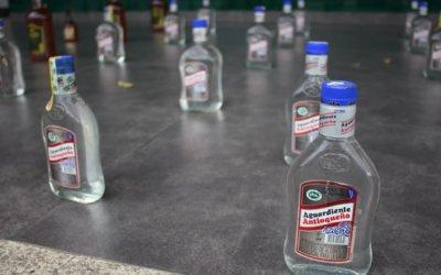 En botellas de aguardiente antioqueño están reenvasando licores como caponera
