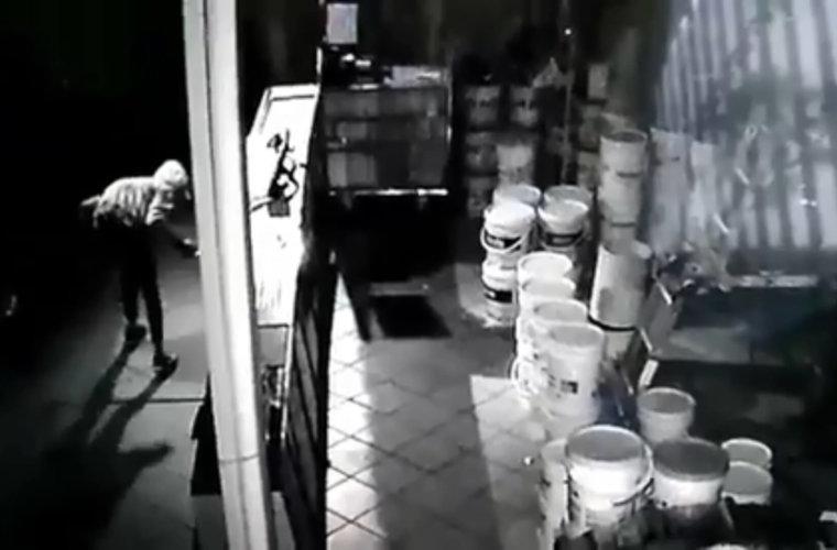 Ladrón ingreso por el techo de la Ferretería el Surtidor y se llevó dinero en efectivo. El hurto quedo registrado en las cámaras de seguridad.