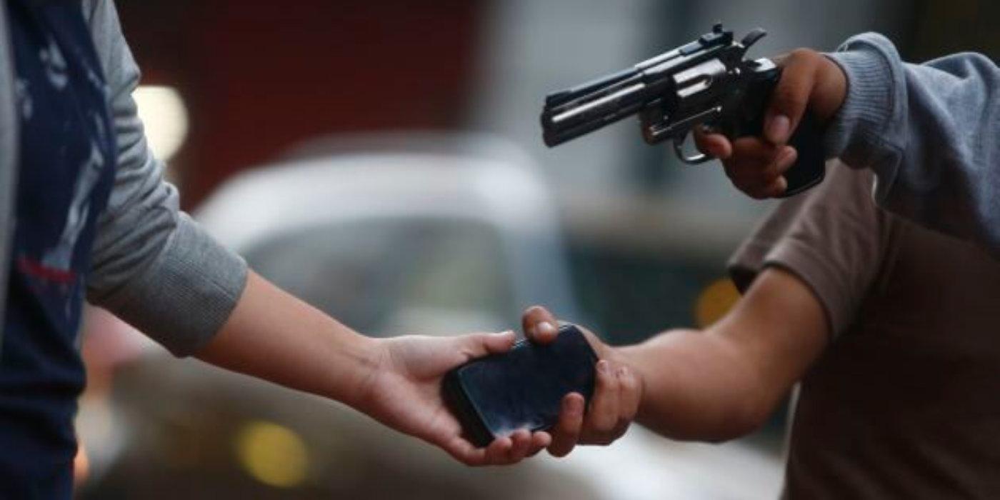 Delincuentes en moto le hurtaron celular a mujer en el barrio El Porvenir.
