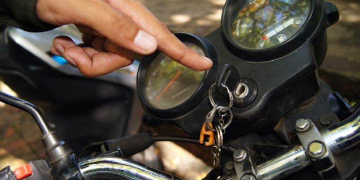 Araucana dejó las llaves de su moto pegadas. Policía vio el hecho y le pidió no ser tan confiada.