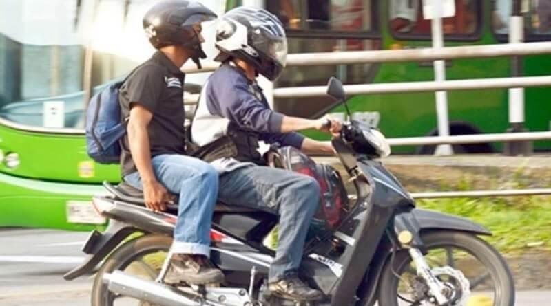 Motociclistas ponen en riesgo a peatones en el parque Caldas. Se  atraviesan para cambiar de sentido y piden a Tránsito multarlos.