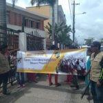 Estudiantes del CEIN Sikuany Playero protestaron frente a la Gobernación.
