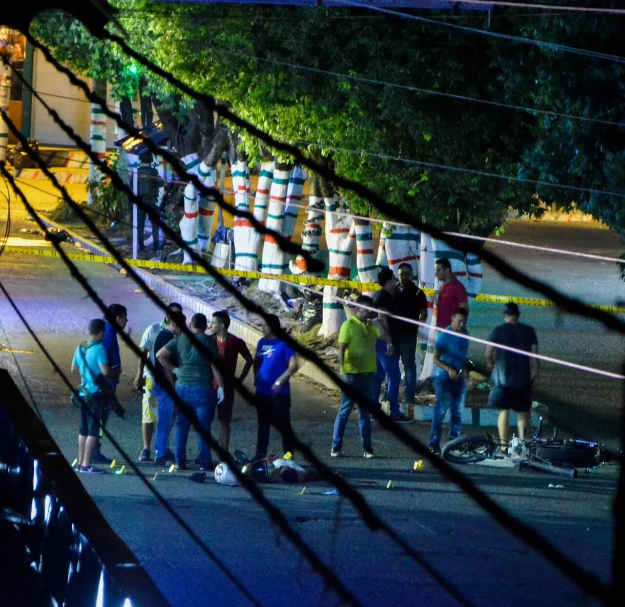 Dos muertos y un herido en ataque anoche a la Policía en Saravena. La balacera, también dejó vehículos y locales comerciales dañados.