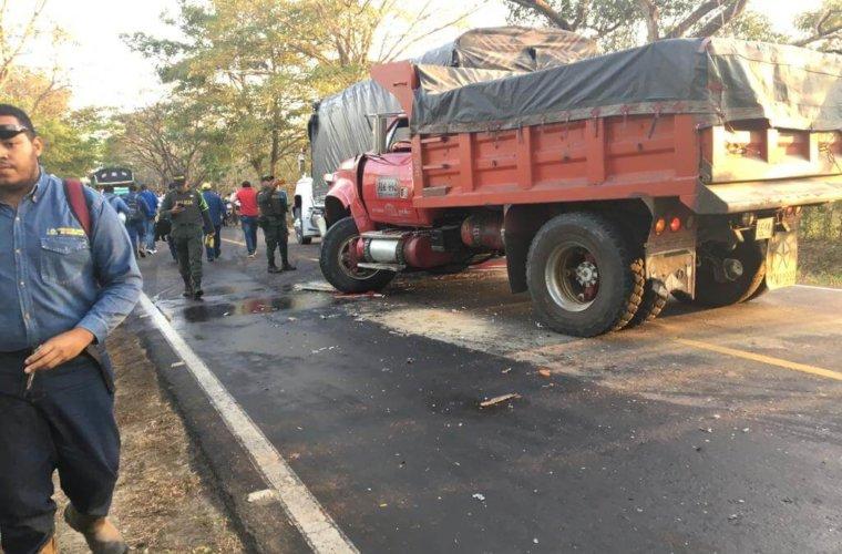 Heridas tres personas en choque de bus contra camión que estaba estacionado.