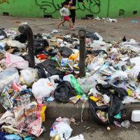 En un basurero se volvió costado del Coliseo Cubierto. Comunidad,  denunció falta de ayuda de las autoridades ambientales.