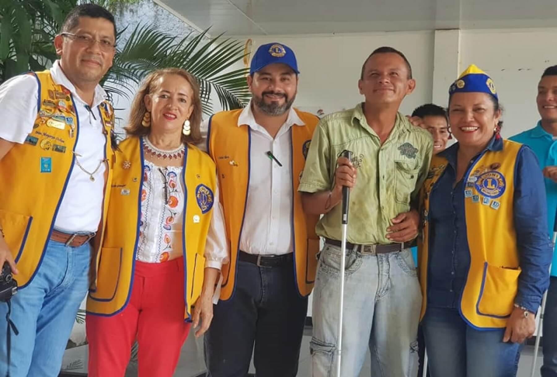 Club de Leones entregó once bastones a personas con discapacidad visual. Carecían de apoyo para realizar sus desplazamientos.
