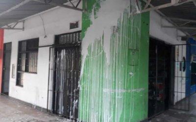 Vándalos arrojaron pintura a establecimiento comercial en el centro de Arauca. Propietario pidió a las autoridades mayor control.