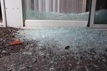 Puerta de cristal que se rompió en la Gobernación dejó con heridas leves a mujer. Hubo necesidad de llevarla al hospital San Vicente.