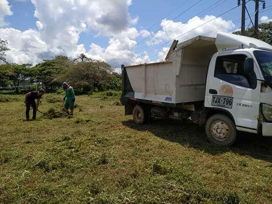 La empresa de aseo EMAAR, a través de su brigada especial de limpieza, recuperó la cancha del barrio La Granja