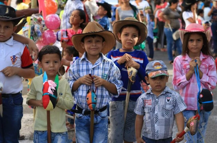 Se cumplió evento con caballitos de madera para niños. Llegaron al Fórum de Los Libertadores donde fueron recibidos por la comunidad.