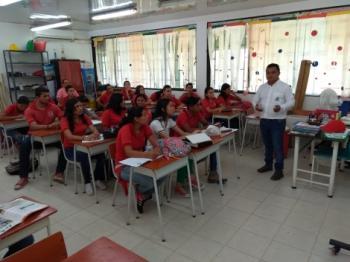 Estudiantes del colegio municipal Agropecuario, los más afectados por falta de transporte escolar. Se vinieron para la ciudad y en contrajornada reciben clases en el Santander Bachillerato.
