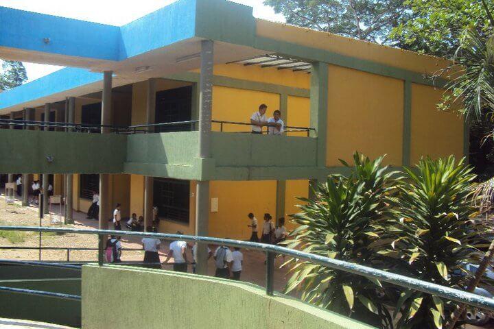 Mayor acompañamiento de las autoridades en la entrada y salida de cada una de las sedes del colegio General Santander, pide rector de la institución.