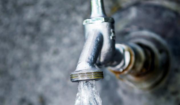 Nada que le reconectan el agua a usuario del barrio El Triunfo. Dice que lo visitaron de Emserpa y le dijeron que ya iban los de redes, pero no llegaron.