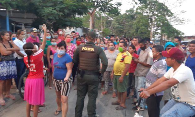 La gente no aguantó más y salió a protestar. En algunos sectores hicieron cacerolazo porque no han recibido ningún tipo de ayuda.