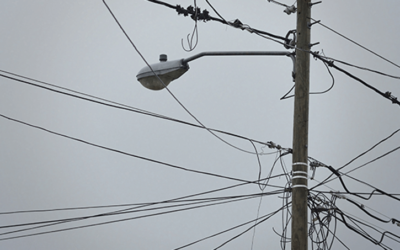 Habitantes de las cabañas denuncian hurto en los cables de los postes dejando las viviendas sin el polo a tierra.