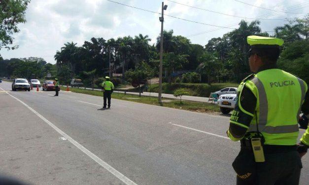 Abuelos sorprendidos e indignados por el comportamiento de un Policía a la entrada de Arauca