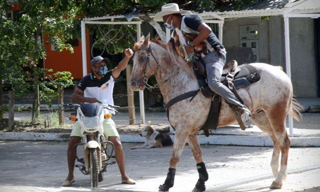 A caballo el Alcalde de Saravena visita su comunidad