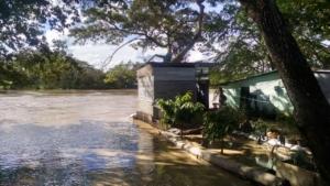 Algunos deben llegar hasta sus viviendas en canoas pues el tránsito peatonal resulta imposible por el nivel del agua.